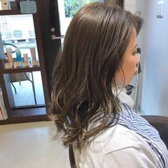 エレガント 波ウェーブ セミロング マットグレージュ ヘアスタイルや髪型の写真・画像
