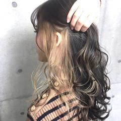 地毛風カラー ベージュ ゆるウェーブ グレージュ ヘアスタイルや髪型の写真・画像