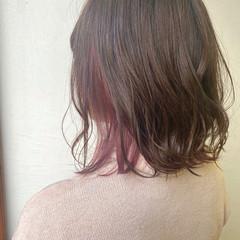 ミディアム 切りっぱなしボブ フェミニン インナーカラー ヘアスタイルや髪型の写真・画像