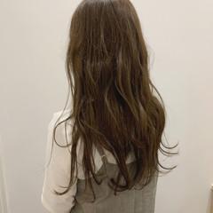 ナチュラル 大人可愛い 波巻き オリーブベージュ ヘアスタイルや髪型の写真・画像