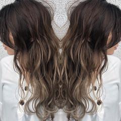 ハイライト バレイヤージュ ロング シルバーアッシュ ヘアスタイルや髪型の写真・画像