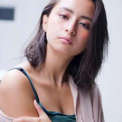ミルクティーベージュ モード ミディアムレイヤー 透明感カラー ヘアスタイルや髪型の写真・画像