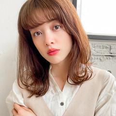 小顔 外ハネ ミディアム シースルーバング ヘアスタイルや髪型の写真・画像