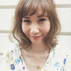 フェミニン ミディアム 波ウェーブ 前髪あり ヘアスタイルや髪型の写真・画像