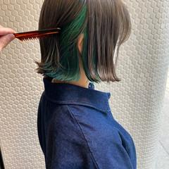 グレージュ ボブ 切りっぱなしボブ エメラルドグリーンカラー ヘアスタイルや髪型の写真・画像