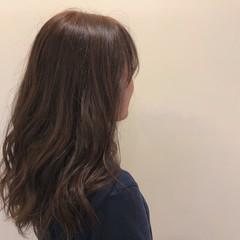 グレージュ セミロング 透明感 ツヤ髪 ヘアスタイルや髪型の写真・画像