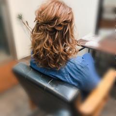 フェミニン ブライダル ハーフアップ ねじり ヘアスタイルや髪型の写真・画像