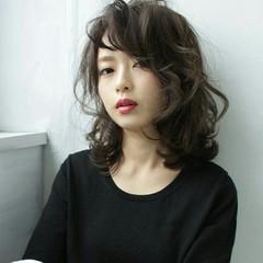 グレージュ 暗髪 モード ミディアム ヘアスタイルや髪型の写真・画像