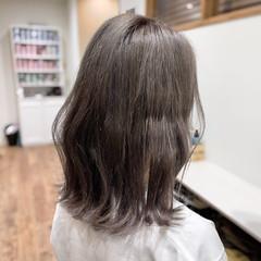 ブリーチカラー ミディアム グレージュ 波ウェーブ ヘアスタイルや髪型の写真・画像