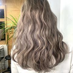 アッシュ ベージュ ブリーチ ロング ヘアスタイルや髪型の写真・画像