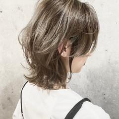 透明感カラー ミディアム アッシュベージュ レイヤーカット ヘアスタイルや髪型の写真・画像
