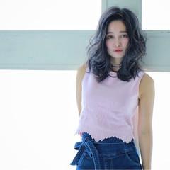 インナーカラー ミディアム パーマ フェミニン ヘアスタイルや髪型の写真・画像