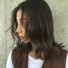ナチュラル カーキアッシュ 無造作パーマ ミディアム ヘアスタイルや髪型の写真・画像