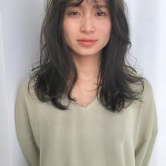 ヌーディベージュ セミロング くすみカラー ナチュラル ヘアスタイルや髪型の写真・画像