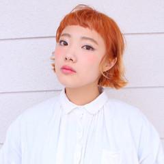 ショートバング ハイトーン イエロー オレンジ ヘアスタイルや髪型の写真・画像