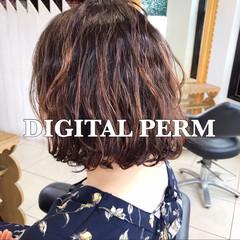 アンニュイ オフィス デジタルパーマ フェミニン ヘアスタイルや髪型の写真・画像