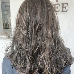 ハイライト アッシュグレージュ セミロング バレイヤージュ ヘアスタイルや髪型の写真・画像