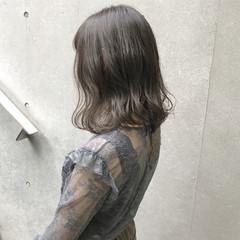オリーブアッシュ アッシュグレー 透明感 アッシュ ヘアスタイルや髪型の写真・画像