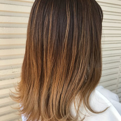 外ハネ ウェットヘア セミロング グラデーションカラー ヘアスタイルや髪型の写真・画像