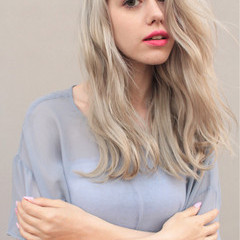 セミロング ストリート 金髪 外国人風 ヘアスタイルや髪型の写真・画像