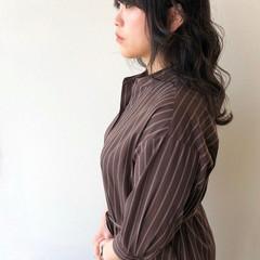 波ウェーブ ロング ナチュラル ダークグレー ヘアスタイルや髪型の写真・画像