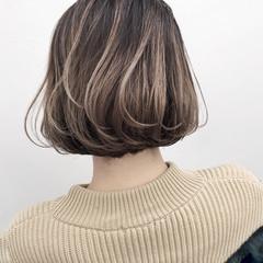 外国人風 ボブ バレイヤージュ グレージュ ヘアスタイルや髪型の写真・画像