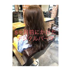 デジタルパーマ イルミナカラー ロング グレージュ ヘアスタイルや髪型の写真・画像