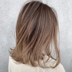 ミディアム 切りっぱなしボブ バレイヤージュ ヌーディベージュ ヘアスタイルや髪型の写真・画像