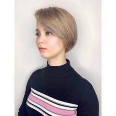 まとまるボブ ダブルカラー ミルクティーベージュ ブリーチカラー ヘアスタイルや髪型の写真・画像