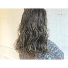 ロング ストリート ハイライト アッシュグレー ヘアスタイルや髪型の写真・画像