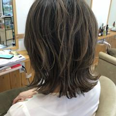 外国人風 アッシュグレージュ ミディアム ハイライト ヘアスタイルや髪型の写真・画像