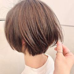 グレージュ ナチュラル ショートヘア 前下がりボブ ヘアスタイルや髪型の写真・画像