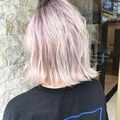 切りっぱなしボブ ピンク 前下がりボブ ホワイトカラー ヘアスタイルや髪型の写真・画像