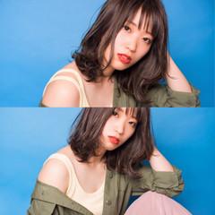 ミディアム シースルーバング ハイライト フェミニン ヘアスタイルや髪型の写真・画像