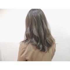 グレージュ アッシュ ナチュラル ハイライト ヘアスタイルや髪型の写真・画像