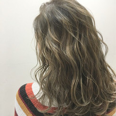 ストリート パーマ 波ウェーブ ハイライト ヘアスタイルや髪型の写真・画像