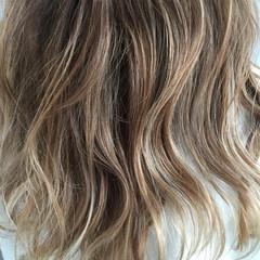 ミルクティー セミロング ハイライト ヌーディベージュ ヘアスタイルや髪型の写真・画像
