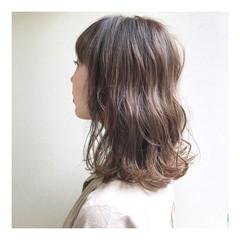 ベージュ ミディアム アンニュイほつれヘア ヌーディーベージュ ヘアスタイルや髪型の写真・画像
