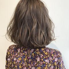 切りっぱなしボブ ミルクティーベージュ ガーリー コテ巻き ヘアスタイルや髪型の写真・画像