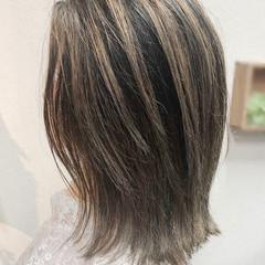 ミディアム バレイヤージュ グレージュ ナチュラル ヘアスタイルや髪型の写真・画像