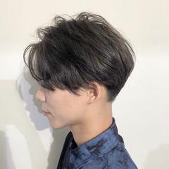 メンズ モード センターパート グレージュ ヘアスタイルや髪型の写真・画像