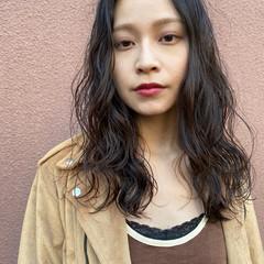 大人女子 レイヤーカット セミロング スパイラルパーマ ヘアスタイルや髪型の写真・画像