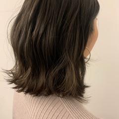 ミディアム ロブ 切りっぱなしボブ グレーアッシュ ヘアスタイルや髪型の写真・画像