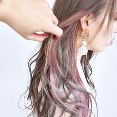 ピンク ロング インナーカラー ミルクティーベージュ ヘアスタイルや髪型の写真・画像