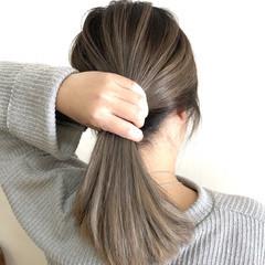 フェミニン セミロング アッシュグレージュ ホワイトブリーチ ヘアスタイルや髪型の写真・画像