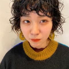 スパイラルパーマ ショート ナチュラル ウルフパーマ ヘアスタイルや髪型の写真・画像