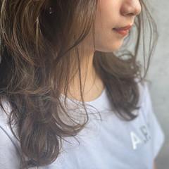 アッシュグレージュ セミロング ナチュラル可愛い 濡れ髪スタイル ヘアスタイルや髪型の写真・画像