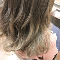 セミロング アッシュグレージュ グラデーションカラー デート ヘアスタイルや髪型の写真・画像