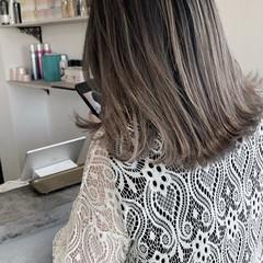 ミルクティーグレージュ セミロング コントラストハイライト バレイヤージュ ヘアスタイルや髪型の写真・画像