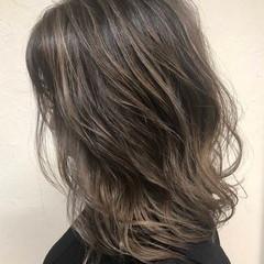 グレー バレイヤージュ グレージュ エレガント ヘアスタイルや髪型の写真・画像